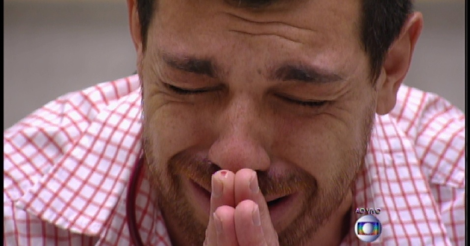 24.mar.2015 - Cézar se emociona ao ver seu pai na torcida do 9º paredão