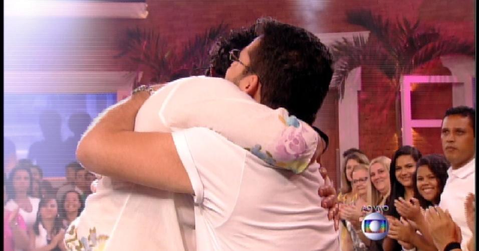 "24.mar.2015 - Eliminada do ""BBB15"", MAriza abraça seu filho Caio"