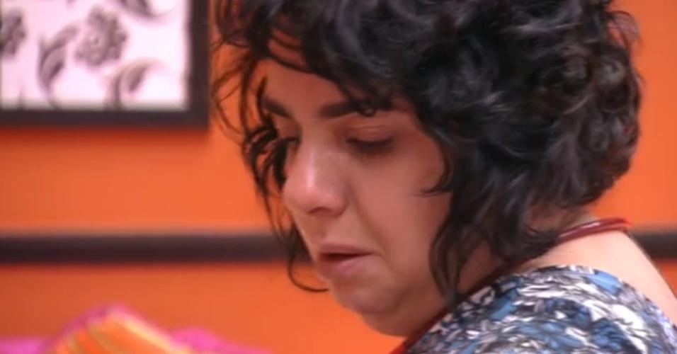 24.mar.2015 - Enquanto arruma mala, Mariza chora ao pegar foto dos filhos