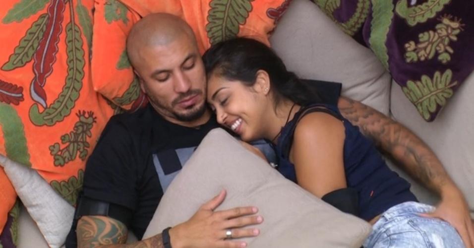 """24.mar.2015 - Fernando aperta bumbum de Amanda e afirma: """"Minha gordinha, vou morder tudo, tudo"""""""