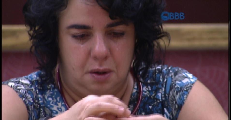 "24.mar.2015 - MAriza chora enquanto monta seu colar feito com os anéis dos Guaranás tomados durante o ""BBB15"""