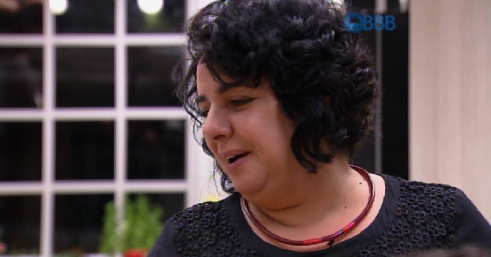 24.mar.2015 - Mariza conversa com Adrilles na cozinha enquanto prepara uma 'janta' durante a madrugada