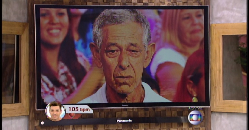 """24.mar.2015 - Pela primeira vez no """"BBB15"""", Bial mostra os parentes dos emparedados para a casa"""