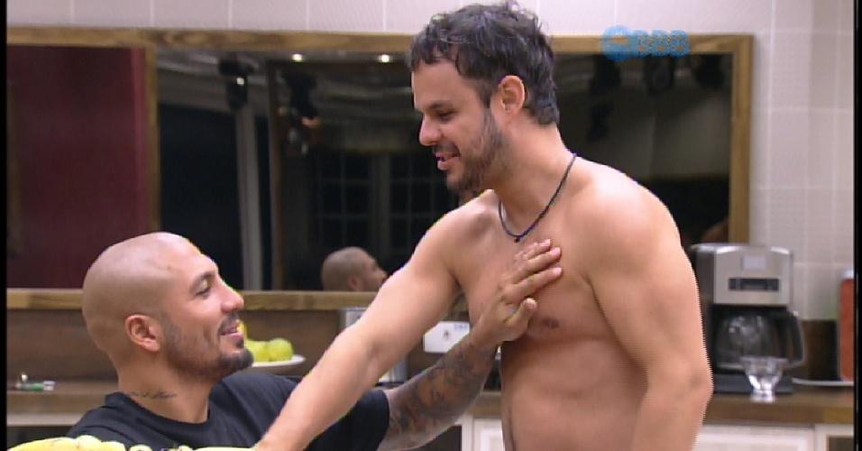 """24.mar.2015 - Quando estava sentindo o peito de Adrilles Fernando aperta e fala: """"Nossa, você tem umas peitcholas"""""""