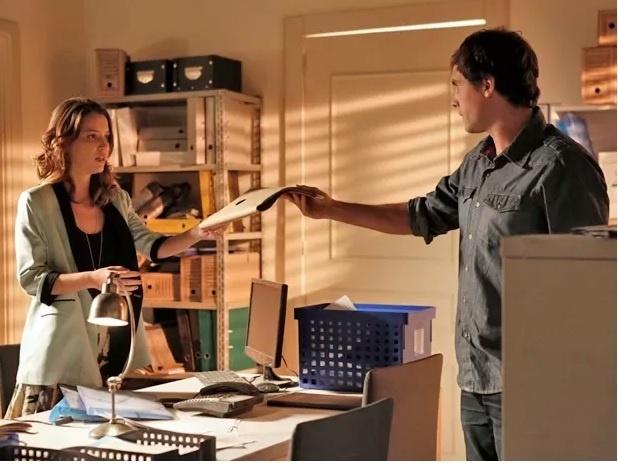 Ajudada por Caíque (sergio Guizé), Laura (Nathalia Dill) vasculha o arquivo do Hospital Bittencourt à procura de exames que provem que Kitty (Maitê Proença) é sua mãe