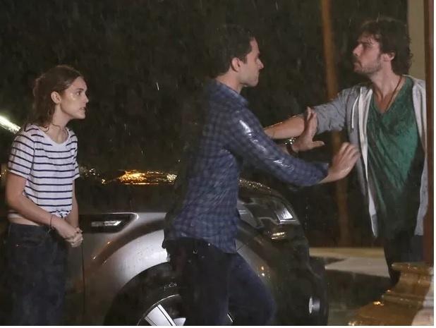 Depois de ver Júlia (Isabelle Drummond) e Pedro (Jayme Matarazzo) abraçados, Edgard (Fernando Belo) fica furioso e acaba agredindo o biólogo