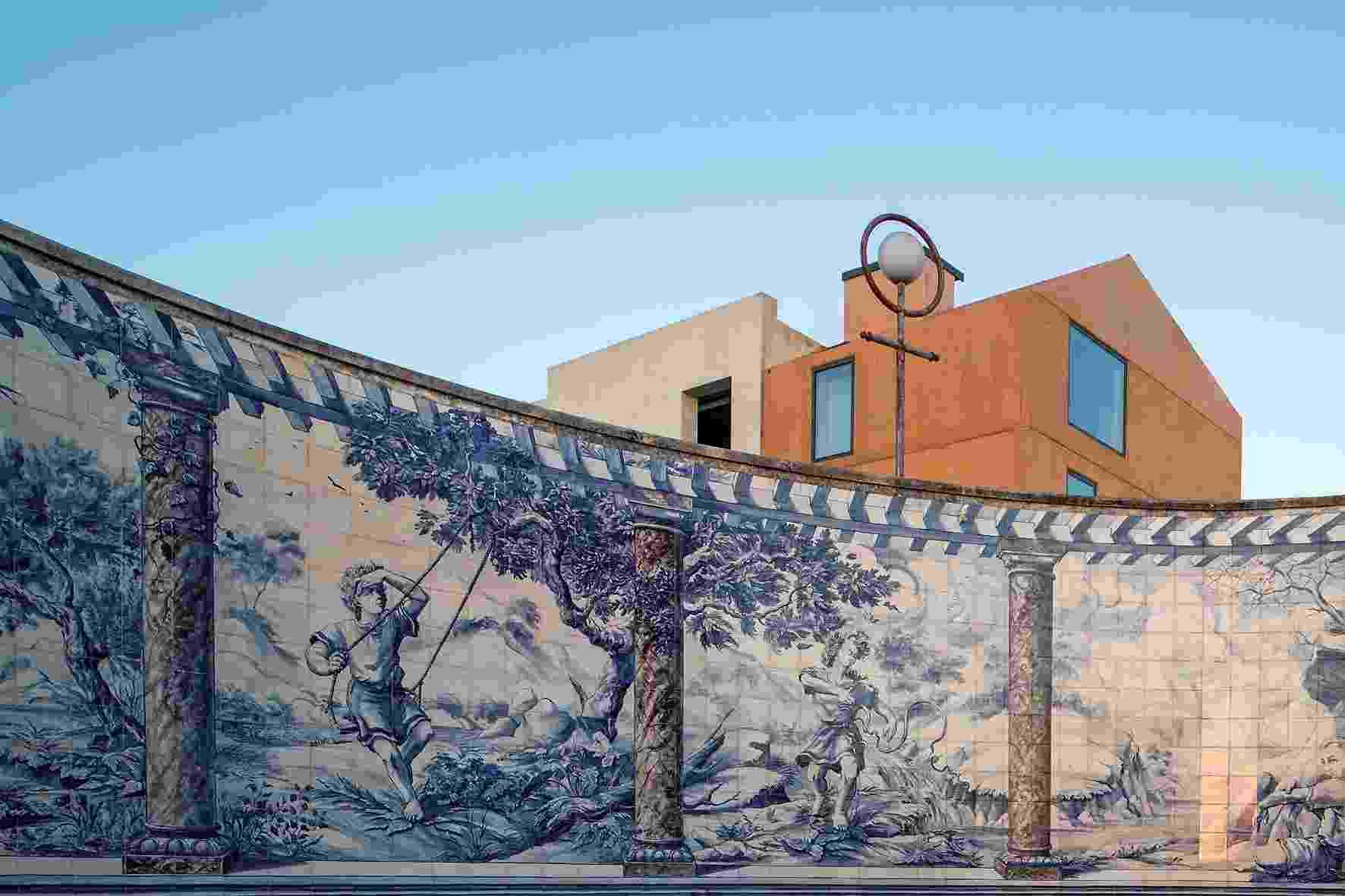 (...) A construção redefine, em sua fachada, os limites da Praça de Boa Vista, motivo pelo qual o projeto do escritório Paratelier foi influenciado pelas exigências da administração pública local: quanto a cor das paredes, sua altura limite e inserção na paisagem. Na praça, o painel de azulejos de Andreas Stoklein foi pintado em 1989 e remonta a uma tradição lusa que tem suas origens nos anos de 150 - Leonardo Finotti/ UOL