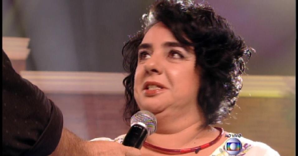 """24.mar.2015 - 24.mar.2015 - Bial recebe Mariza fora da casa do """"BBB15"""""""