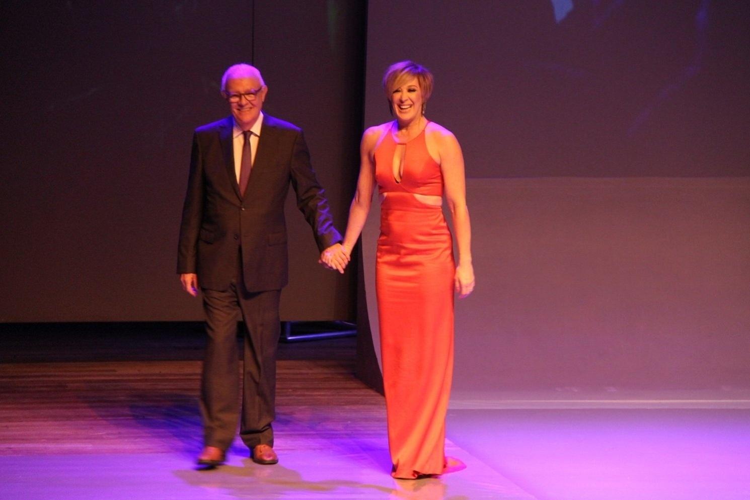 24.mar.2015 - Ney Latorraca e Claudia Raia apresentam uma das categorias do 9º Prêmio APTR de Teatro, no Imperator, no Meier, zona norte do Rio de Janeiro, nesta terça-feira
