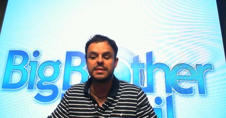 """25.mar.2015 - A manhã após o paredão que eliminou Mariza do """"BBB15"""" deixou seu principal companheiro na casa bastante triste. No Raio-X desta quarta-feira, o poeta lembra com carinho da sister"""