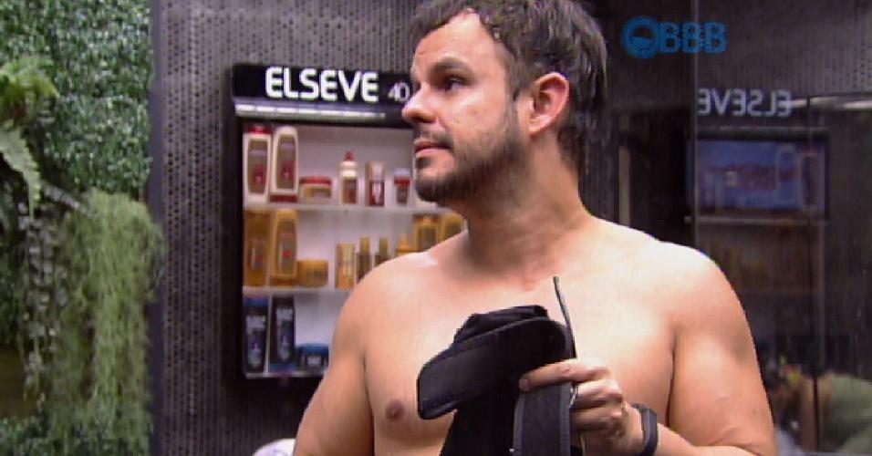 25.mar.2015 - Adrilles se irrita com produção do programa