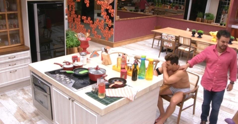 """25.mar.2015 - Cézar está sozinho na cozinha, no início da madrugada desta quarta-feira (25) no """"BBB15"""", quando Adrilles chega avisando que vai """"dar trabalho""""."""