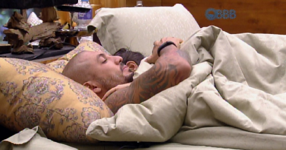 25.mar.2015 - Cheios de sono, o casal Fernando e Amanda volta para a cama no quarto do líder, após ser despertado pela produção do programa. Depois de um tempo enrolando, eles levantam e vão para a casa principal, para gravar o Raio-X diário