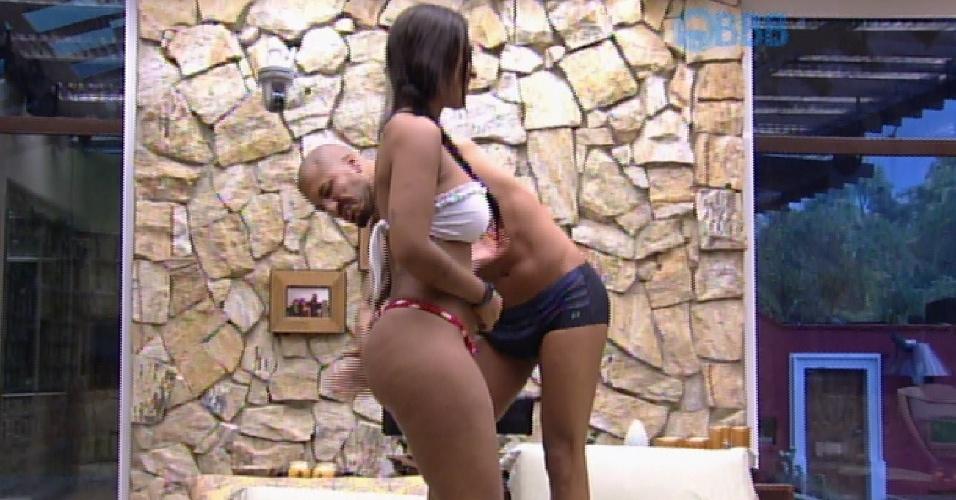 25.mar.2015 - Fernando e Amanda dançam em cima da cama