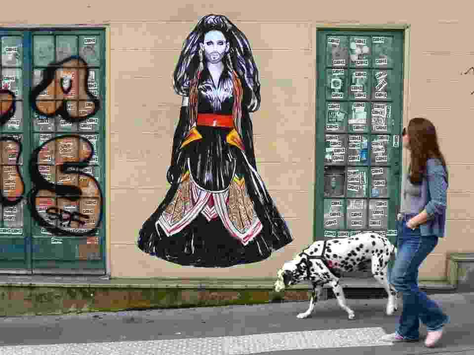 Intervenção de Suriani em Paris mostra a vencedora do Eurovision Conchita Wurst. A imagem é uma reprodução do primeiro desfile de Conchita na passarela do estilista francês Jean Paul Gartier - Divulgação/Suriani