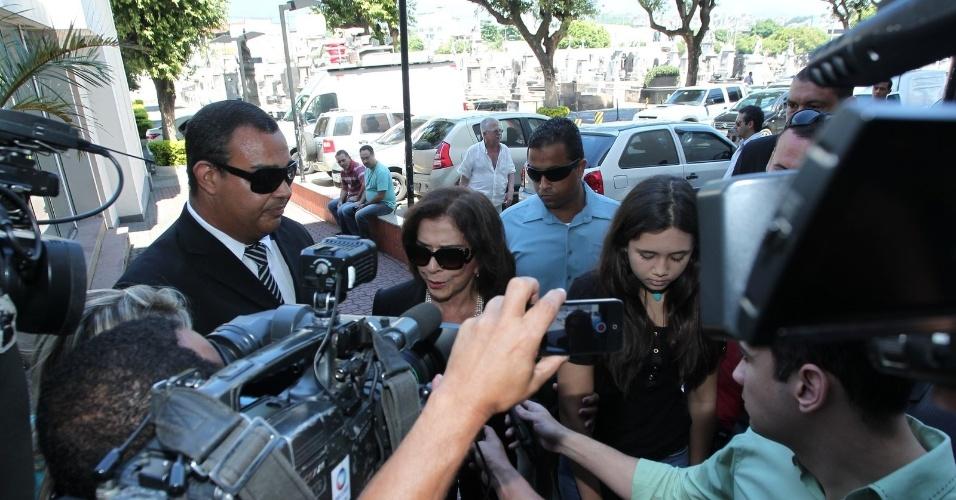 26.mar.2015 - A atriz Betty Faria é cercada por jornalistas em sua chegada ao cemitério do Caju, no Rio de Janeiro, para o velório de Claudio Marzo