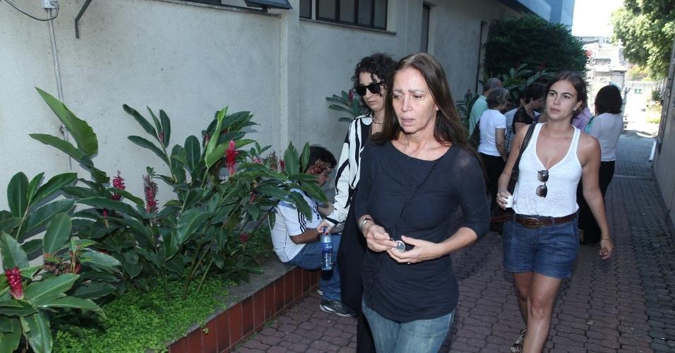 26.mar.2015 - A viúva de Claudio Marzo, Neia Marzo, chega ao velório do ator, no cemitério do Caju, no Rio de Janeiro
