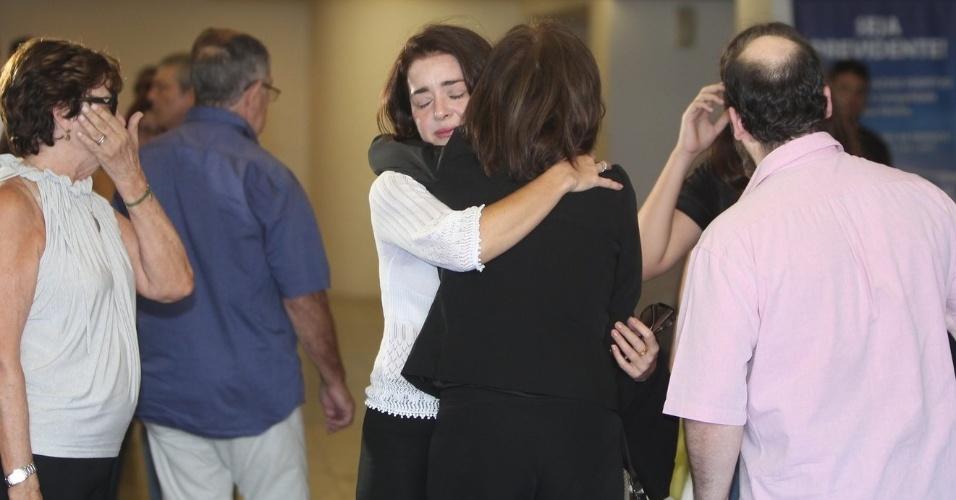 26.mar.2015 - Alexandra Marzo abraça a mãe, Betty Faria, no velório de Cláudio Marzo
