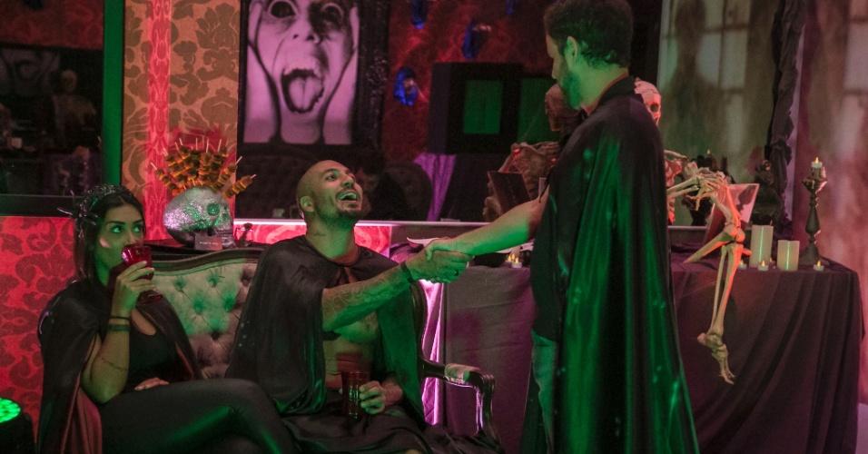 26.mar.2015 - Amanda, Fernando e Adrilles conversam durante a festa Noite Mal-Assombrada na madrugada desta quinta-feira