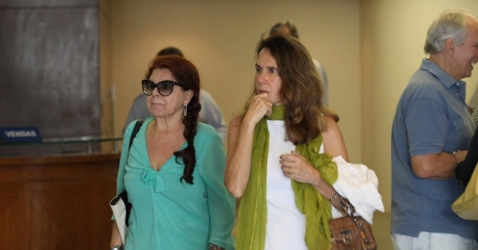 26.mar.2015 - Ao lado de Xuxa Lopes (à dir.), Leiloca Neves, que foi integrante do grupo Frenéticas, comparece ao velório de Claudio Marzo