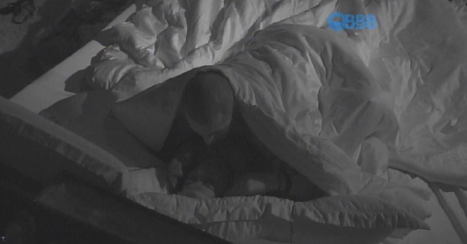 26.mar.2015 - Fernando e Amanda fizeram as pazes após brigarem. O casal voltou a movimentar o edredom de forma intensa no quarto do líder. Poucos depois, eles dormiram juntinhos