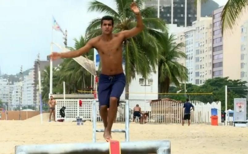 26.mar.2015 - Marcello Melo Jr. treina slackline em praia do Rio de Janerio