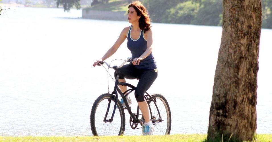 """26.mar.2015 - Maria Clara Gueiros, a Karen de """"Babilônia"""", anda de bicicleta durante gravações da trama na Lagoa Rodrigo de Freitas, no Rio de Janeiro"""