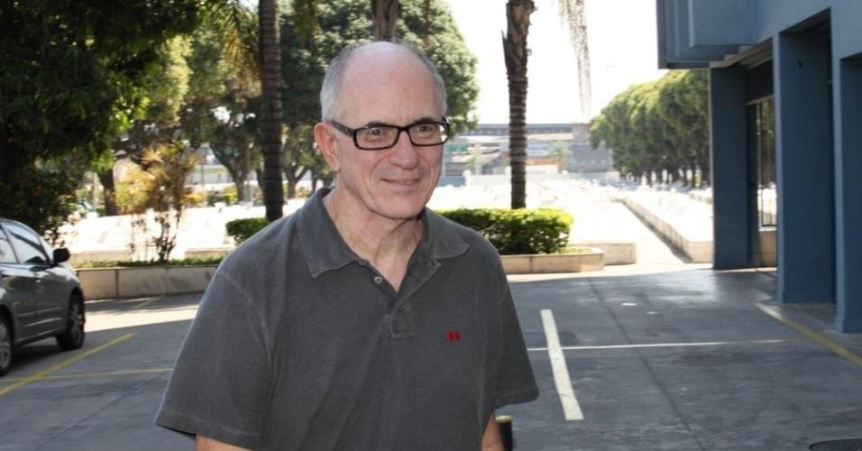 26.mar.2015 - O ator e roteirista Carlos Gregório chega ao cemitério do Caju, no Rio de Janeiro, para o velório de Claudio Marzo