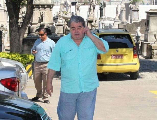 26.mar.2015 - O ator Otávio Augusto chega ao cemitério do Caju, no Rio de Janeiro, para o velório de Claudio Marzo