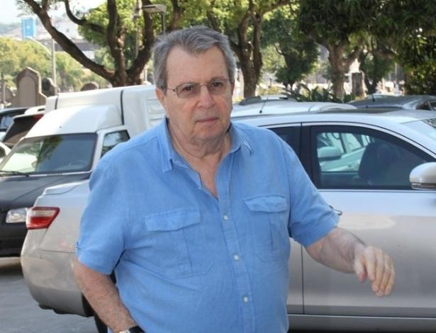 26.mar.2015 - O diretor Daniel Filho chega ao cemitério do Caju, no Rio de Janeiro, para o velório de Claudio Marzo