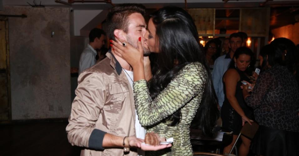26.mar.2015 - Talita e Rafael comemoraram juntos o aniversário da aeromoça, em uma casa noturna no Rio, e deram um beijo quente durante as comemorações