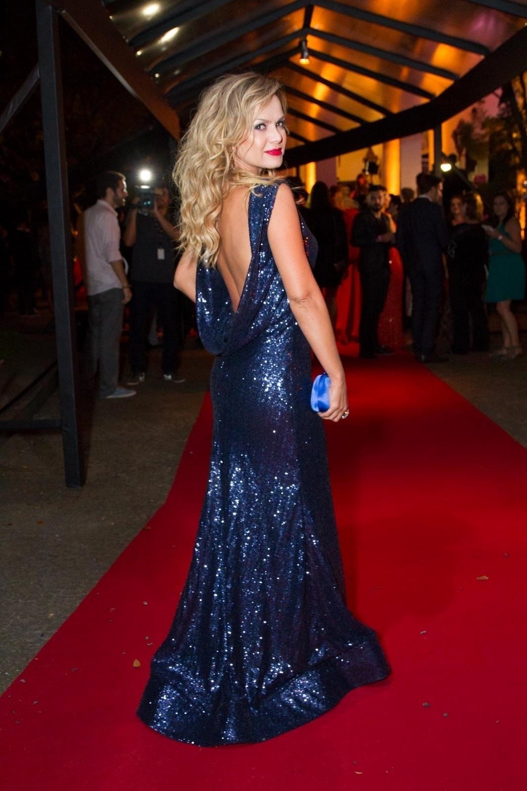 26.mar.2015- Eliana posa elegante com um longo azul decotado nas costas