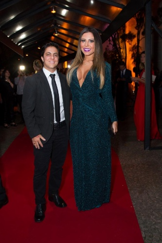 26.mar.2015- Thammy usa gravata e blazer na premiação acompanhada da namorada Andressa Ferreira