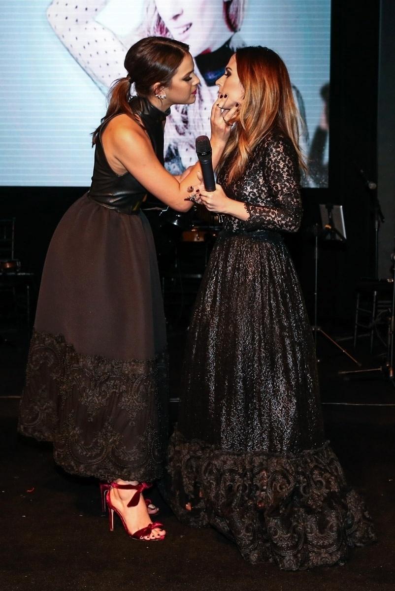 26.mar.2015 - Bruna Marquezine brinca que vai beijar Tatá Werneck na boca ao entregar troféu à amiga no Prêmio Geração Glamour, no Nacional Club, zona oeste de São Paulo, nesta quinta-feira