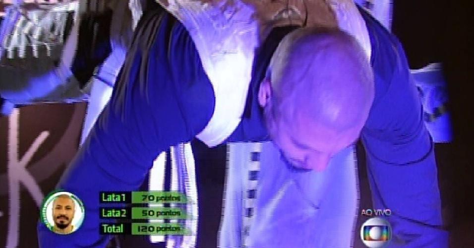 26.mar.2015 - Fernando desce a tirolesa