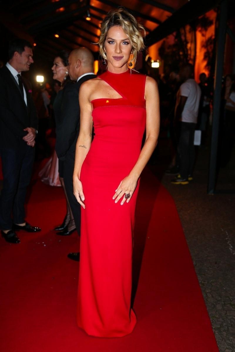26.mar.2015 - Giovanna Ewbank usa vestido sexy vermelho no Prêmio Geração Glamour, no Nacional Club, zona oeste de São Paulo, nesta quinta-feira