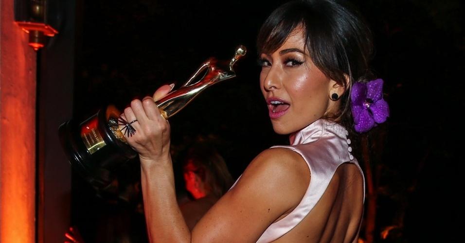26.mar.2015 - Sabrina Sato celebra com seu troféu de melhor apresentadora em mãos no Prêmio Geração Glamour, no Nacional Club, zona oeste de São Paulo, nesta quinta-feira