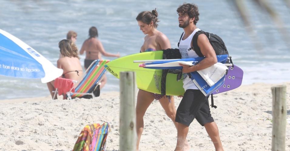 27.mar.2015 - Deborah Secco e o namorado, o surfista Hugo Moura, aproveitaram a sexta-feira de sol para curtir uma praia. O casal escolheu a reservada Prainha, na zona oeste do Rio de Janeiro, para namorar