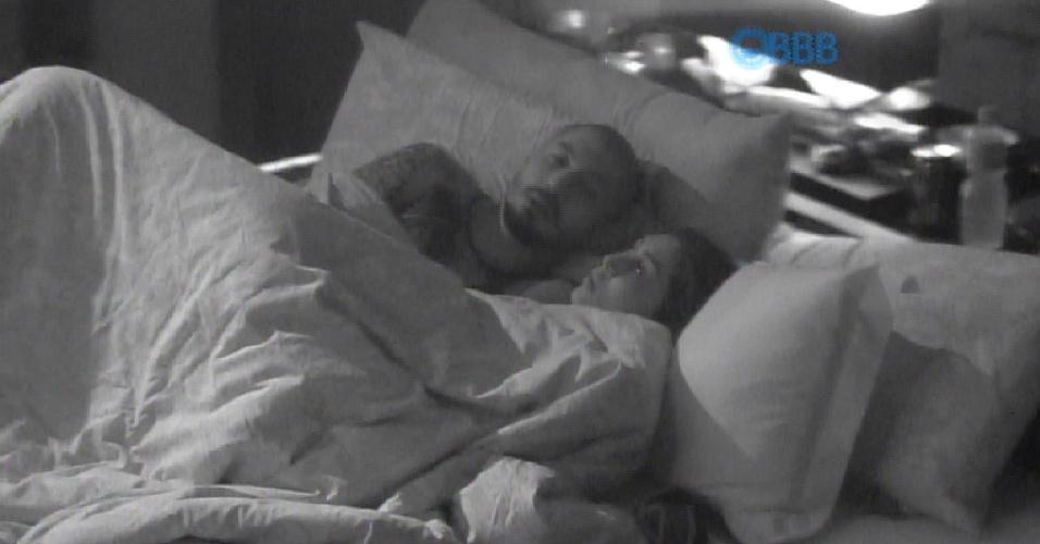 """27.mar.2015 - O casal, Fernando e Amanda, ficou juntinho no quarto do líder. Eles ficaram observando Adrilles e a emrpresária avisou: """"Estou preocupada com ele"""""""