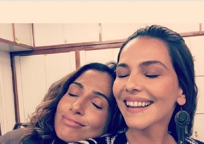 """27.mar.2015 - Rivais em """"Babilônia"""", Camila Pitanga e Tainá Müller são um grude só nos bastidores da novela"""