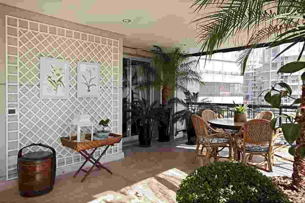 Na varanda do apartamento na Vila Nova Conceição, em São Paulo, o paisagista Roberto Riscala definiu uma composição de grandes vasos esmaltados pretos que dão suporte a várias cica (Cycas revoluta) e uma fênix (Phoenix roebelinii). O conjunto contrasta com a treliça metálica branca que sustenta desenhos botânicos - Gui Morelli/ Divulgação
