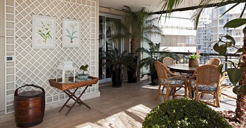 Na varanda do apartamento na Vila Nova Conceição, em São Paulo, o paisagista Roberto Riscala definiu uma composição de grandes vasos esmaltados pretos que dão suporte a várias cica (Cycas revoluta) e uma fênix (Phoenix roebelinii). O conjunto contrasta com a treliça metálica branca que sustenta desenhos botânicos