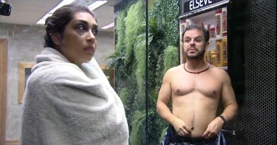 """28.mar.2015 - Adrilles elogia Amanda: """"Amo sua olheiras"""""""