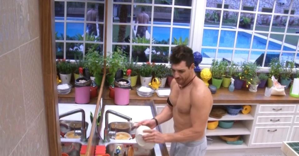 28.mar.2015 - Algum tempo depois de almoçar, enquanto lava a louça na cozinha, Cézar vê Adrilles passando no lado externo da casa.