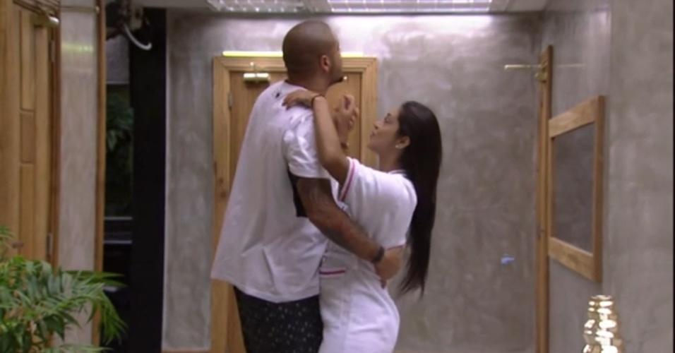 """28.mar.2015 - Ao som da música """"Só Louco"""", de Nana Caymmi, Amanda sai do quarto e dança com Fernando"""