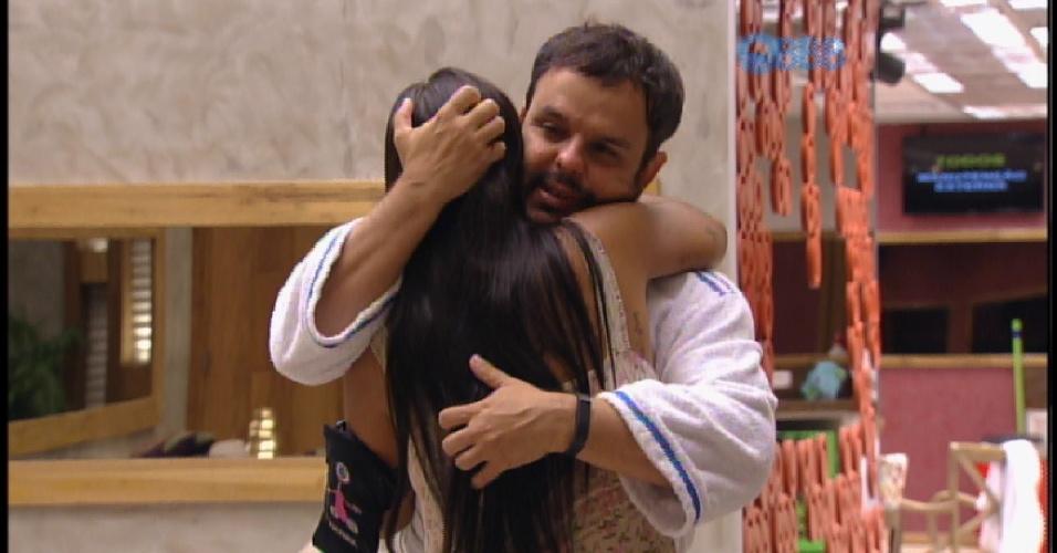 28.mar.2015 - Depois de chorar por causa da decisão como líder, Adrilles abraça Amanda e acalma a sister