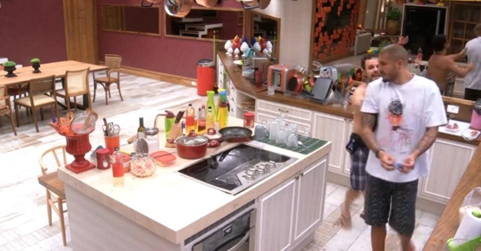 """28.mar.2015 - Fernando arrumava a cozinha quando Adrilles entrou cantando alto a música """"Naquela Estação"""", de Adriana Calcanhotto"""