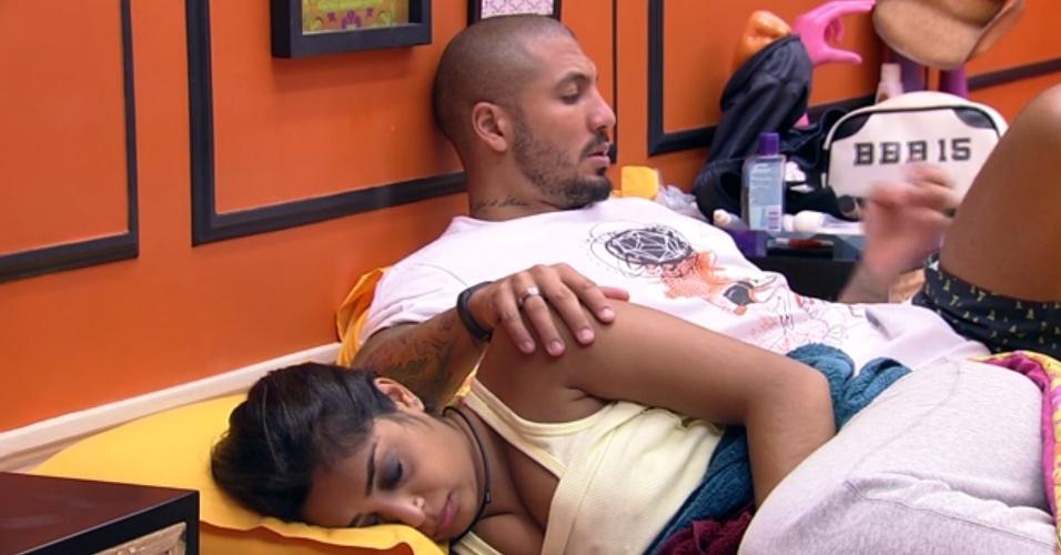 28.mar.2015 - No início da tarde deste sábado, Amanda está deitada no quarto laranja -- tentando se recuperar de uma crise de cólica --, quando aconselha Fernando a ir ficar com os outros brothers da casa, se quiser