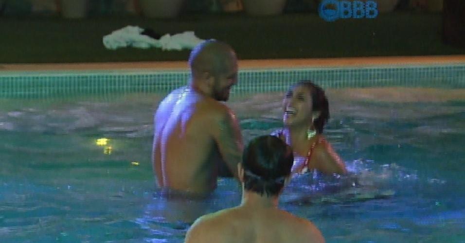 28.mar.2015 - Produção libera piscina durante festa
