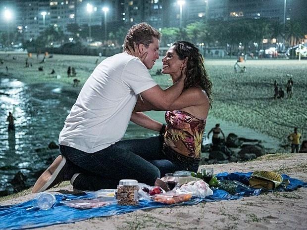 Regina (Camila Pitanga) finalmente se desarma e beija Vinícius (Thiago Fragoso)